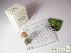 """Cały zestaw: wisior na srebrnym łańcuszku, magnes na lodówkę i inspirujący tekst - a wszystko zapakowane w eleganckie pudełeczko.  (Complete """"La petite vie"""" set: necklace with a silver chain, fridge magnet and an inspiring text all packaged into a neat box)"""