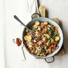 Genuss aus der Pfanne: Kartoffeln, Paprika und Chilischoten zeigen sich hier von ihrer spanischen Seite. Dazu passen pochierte oder wachsweichgekochte...