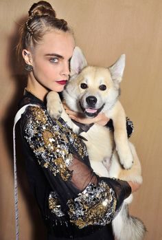 Fashion Week Fall/Winter Cara Delevingne (and her cute dog!) at the spring 2016 Chanel couture show Cara Delevingne, Chanel Couture, Couture Fashion, Chanel Fashion Show, Paris Fashion, Pet Fashion, Celebrity Dogs, Celebrity Style, Burberry