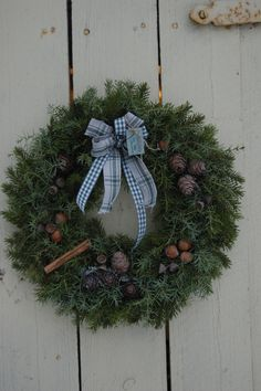 Tässä kranssissa on käytetty katajaa ja varpuja Christmas Wreaths, Holiday Decor, Home Decor, Decoration Home, Room Decor, Advent Wreaths, Interior Decorating
