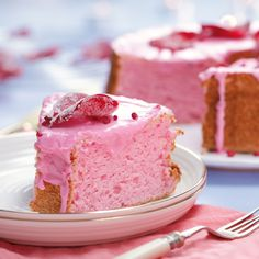 Rose Angel Food Cake Our angel food cake is the perfect treat for any pink-loving princess. Covered in sugared rose petals and smothered in super sweet icing, it's a sure winner. Yummy Treats, Delicious Desserts, Sweet Treats, Yummy Food, Cookie Recipes, Dessert Recipes, Brownie, Macaroons, Let Them Eat Cake