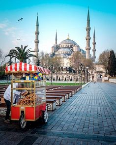 Simit Simit anyone? Morning at the Blue Mosque with seller stocking his stall with #Simit Most likely the favorite street food of Turkish people #travel #istanbul #bluemosque #food #turkey #inflowsummits #streetfood #turkish #morning #borderlesscollective
