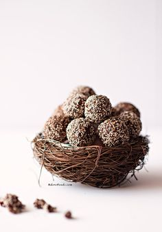These healthy Cacao Chia Energy Balls are great as a regular snack, healthy sweet treat or post-workout energy booster! You only need 4 ingredients and 10 minutes to have these raw energy balls ready be served! Cacao Recipes, Raw Food Recipes, Healthy Recipes, Healthy Snacks, Healthy Eating, Vegan Desserts, Superfood Recipes, Paleo Sweets, Blender Recipes