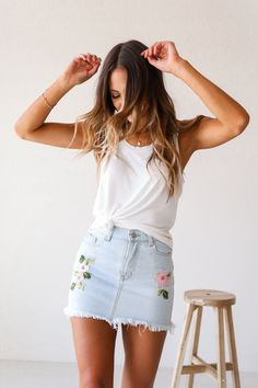 Flores Bordadas Denim Mini Skirt