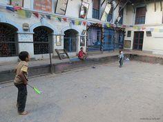 bambini nel cortile del Tempio di Adinath Lokeshwar (Chobar, Nepal)