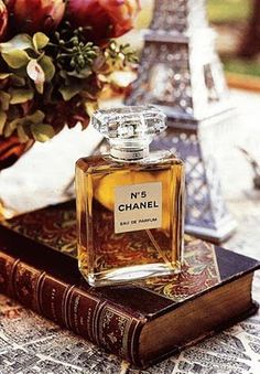 """Chanel No. 5 was the first perfume launched by French couturier Gabrielle """"Coco"""" Chanel. The chemical formula for the fragrance was compounded by Russian-French chemist & perfumer Ernest Beaux. Perfume Chanel, Perfume Glamour, Coco Chanel, Chanel Creme, Chanel Paris, Mademoiselle Coco, Gabrielle Bonheur Chanel, Dolce E Gabbana, Smell Good"""