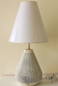 Lampe recyclée avec des pages de livres