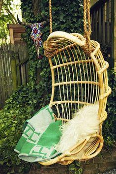 """Le fauteuil suspendu ou """"hanging chair"""" en Anglais, surtout quand il est en rotin, moi ça me donne des envies de farniente !"""