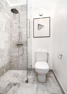 petite salle de bains blanche avec un carrelage en blanc et gris et une douche à l'italienne moderne