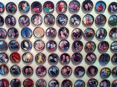 Magneetjes van bierdoppen. Foto geprint, geplastificeerd, uitgeknipt en ingeplakt in dop. Magneetplakband tegen de onderkant.