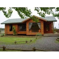 One of the most popular styles of home design in the United States right now is the traditional country house. Tyni House, Rest House, Tiny House Cabin, Cabin Homes, House In The Woods, Log Homes, Cabin House Plans, Style At Home, Wooden House Design