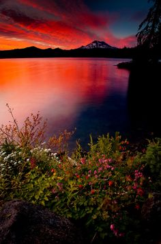 A colorful sunset in the Cascade mountains of Oregon - USA Beautiful Sunset, Beautiful World, Beautiful Places, Beautiful Scenery, Eckhart Tolle Meditation, Magic Places, Amazing Nature, Belle Photo, Pretty Pictures
