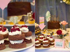 Black Forest Cherry Weddingcake mit dunkler Ganache und goldenen Caketoppern und Mini Schokokirschtörtchen vom Sweet Table für Maikes Hochzeit.
