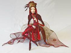 Natalia Lopusova Tomskaya (Наталья Лопусова-Томская) - Esta artista rusa elabora fascinantes muñecas de alargadas proporciones a partir de unos cuantos cables vestidos con delicados ornamentos. Verdaderas obras de arte.