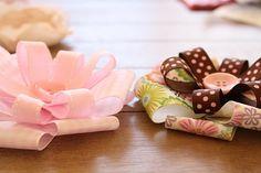 Flores con cintas y botón
