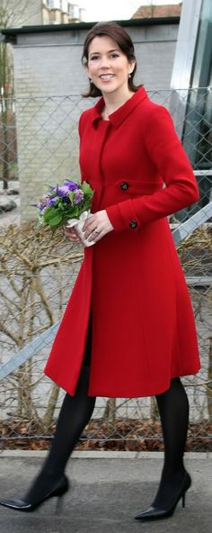 Crown Princess Mary looking stunning in a bright red coat. Crown Princess Mary, Princess Style, Princesa Mary, Royal Fashion, Timeless Fashion, Prince Wife, Mary Donaldson, Style Royal, Denmark Fashion