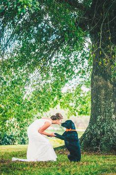 wedding photo ideas-bride kiss her puppy
