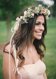 couronne de fleurs avec roses, accents verts et ruban rose poudré