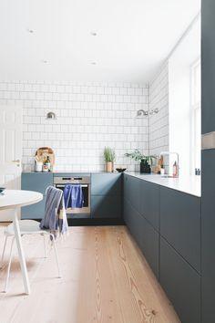 """""""Vi prøver lidt at være på forkant og tænke nyt"""" - luxury kitchen Living Room Kitchen, Home Decor Kitchen, Rustic Kitchen, New Kitchen, Kitchen Ideas, Kitchen Furniture, Kitchen Knobs, Kitchen Grey, Decorating Kitchen"""