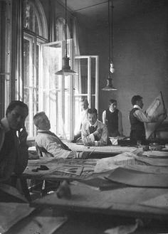 AT WORK. The Bauhaus Team in 1908 : Mies van der Rohe, Hannes Meyer, Josef Hertwig, Weyrather, Ferdinand Krämer, Walter Gropius.