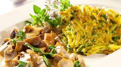 #Rezept #Vegan Zwiebel-Pilz-Ragout mit Zucchini-Kartoffelrösti (Quelle: ZDF )