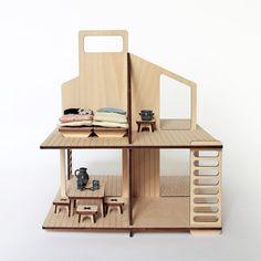 Casa de muñeca de madera y sus muebles