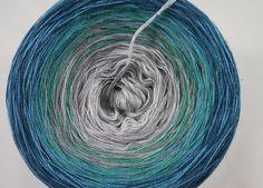 Bobbels / Knäule mit langem Farbverlauf in verschiedenen Längen und Stärken aus einem Baumwoll-Polygemisch.