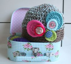 Vintage Inspired Hat With Round Flowers Crochet Pattern