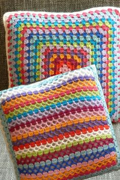 Granny square pillow with textured back Crochet Cushion Cover, Crochet Cushions, Crochet Pillow, Granny Square Häkelanleitung, Granny Square Crochet Pattern, Crochet Squares, Crochet Box, Crochet Flower Tutorial, Lace Knitting Patterns