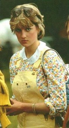 July Lady Diana Spencer with Prince Charles and Sarah Ferguson at a polo match at the Cowdray Park Polo Club in Midhurst, West Sussex, England. Diana wearing yellow dungarees, yellow floral blouse with white collar and carrying a floral canvas bag. Lady Diana Spencer, Spencer Family, Prinz Charles, Prinz William, Princess Diana Fashion, Princess Diana Pictures, Royal Princess, Princess Of Wales, Jessica Stam