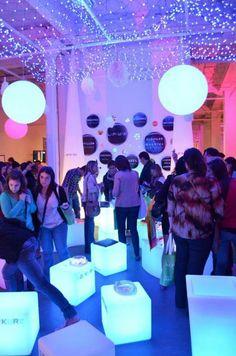 Cubos Led, cielo de redes de luces, Maceteros, módulos curvos exhibiendo nuestro cotillón. Esferas colgando..todo eso y mas para tu Boda en Jornada de Casamiento On Line 2013 2° edición.
