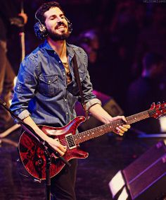 Brad Delson (Oh my Gosh, did I ever mention how much I want his glitter headphones? :D) #linkinpark