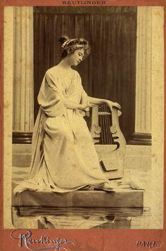 Harpspeelster Luttée. Kabinet albumine foto (1900) gemaakt door Leopold Reutlinger in Parijs. Verzameling Wilfried Vandevelde.