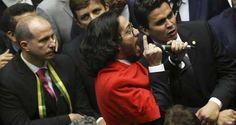"""O que se constata é que Dilma sai maior desta refrega Por Denise Assis, colunista do Cafezinho Não há como não lembrar. E devemos lembrar. Amanhã, 17 de abril, faz um ano que um conjunto bizarro de homens que pareciam prontos para o """"parabéns"""" de uma festa de aniversário de criança, conduzidos por outro que hoje mofa na cadeia, com a perspectiva de sair de lá apenas daqui a 15 anos, tirou do poder uma mulher íntegra, eleita por 54 milhões de brasileiros, porque ela não topou a chantagem que…"""