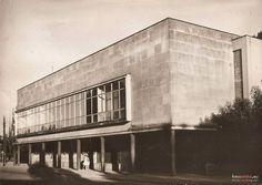 """Lata 1965-1975 , Ulica Sukienników - gmach Banku Polskiego położony na skrzyżowaniu ulicy Sukienników i ulicy Bankowej, wzniesiony na gruntach byłej loży masońskiej w latach 1937-1939. Oddano go do użytku 27 marca 1939r. Posąg """"Polonia"""" znajdujący się nad wejściowym baldachimem usunęli hitlerowcy we wrześniu 1939r. Dyrektorem banku do 1939r. był Ignacy Gawroński. W okresie powojennym gmach był siedzibą NBP"""
