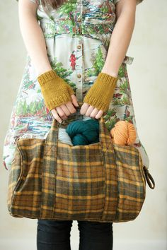 Love everything about this photo, the dress, gloves, bag and yarn :)