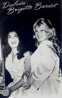 En compagnie de Dalida, le 25 septembre 1959, à Paris. Brigitte est alors enceinte de son fils Nicolas.