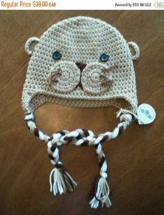 Retrouvez cet article dans ma boutique Etsy https://www.etsy.com/ca-fr/listing/258131398/tuque-de-loutre-en-tricot-bonnet-animal
