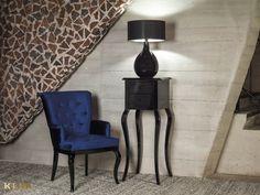 """Lubicie """"Alicję w Krainie Czarów""""? Jeśli tak, to z pewnością urzeknie Was ta linia designerskich mebli, stworzonych w estetyce modern classic. To wariacja na temat mieszczańskiego wzornictwa zagrana z wdziękiem i wyczuciem. #KLER #Canzone #Excellence #meblekler #klerdesign #klerexcellence #projektowanie #design #meble #blue #niebieski #kobalt #niebieskiehistorie #salon #jadalnia #furniture #furnituredesign #interior #interiordesign #home  #dom #quality #jakość #comfort #krzesło #chair #stół Nightstand, Sconces, Wall Lights, Lighting, Table, Furniture, Home Decor, Chandeliers, Appliques"""