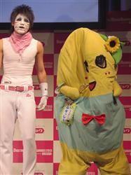「レコチョク年間ランキング2013」発表会に登場したゴールデンボンバー・樽美酒研二(左)と「ふなっしー」