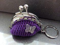 Llavero violeta con mariposa