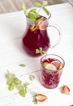 Kesäinen mansikka-kurkkubooli (1,5 litraa) 1 pullo Fresitaa 1 1/2 dl kurkkulikööriä (de Kuyper) 1 sitruunan mehu puristettuna n. 5 dl kivennäisvettä siivutettua kurkkua siivutettua sitruunaa tuoretta minttua tarjoiluun jäitä