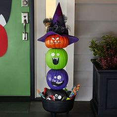 Make these stackable pumpkins for your haunted house or just as a way to jazz up your front yard!