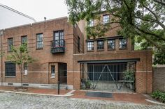 City House of the Week: Urban Warehouse Residence in Society Hill Warehouse Renovation, Warehouse Apartment, Warehouse Home, Warehouse Design, Converted Warehouse, Industrial House, Industrial Design, Sims House, Building Structure