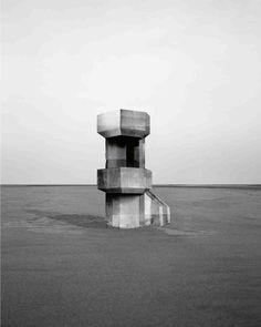 L'artiste française Noémie Goudal continue à réaliser des photographies dans lesquelles les images se mélangent à la réalité avec cette série d'observatoires ressemblant aux bunkers de la Seconde Guerre Mondiale sur la côte atlantique. Avec ce noir et blanc et ces cadrages Noémie Goudal rappelle l'esthétique des typologies documentaires de bâtiments de Bernd et Hilla …
