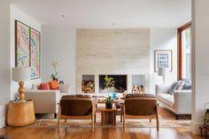 Decoração de casa com tons terrosos. Na sala, luz natural, lareira, flores, sofá com almofada colorida, quadro, poltrona, tapete. #casadevalentina #decoracao #decor #design #details