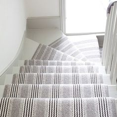 Stylish stair carpet ideas and inspiration. So you can choose the best carpet for stairs.Quality rug for stairs, stairway carpets type, etc. Modern Staircase Railing, Staircase Makeover, Staircase Design, Winding Staircase, Spiral Staircases, Coastal Living Rooms, My Living Room, Stairwell Decorating, Stair Decor