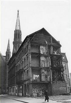 DDR Ost-Berlin Ruinen in der Brüderstrasse in Berlin-Mitte (im Hintergrund die Petri-Kirche)1965