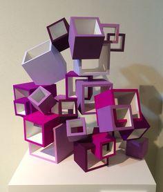 紫を基調にキューブを立体構成した作品です。