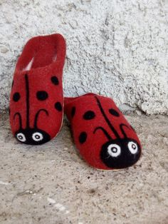 Wool Shoes, Felt Shoes, Baby Shoes, Sewing Slippers, Felted Slippers, Felt Flower Pillow, How To Make Shoes, Felt Art, Felt Flowers
